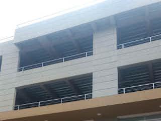 Un gran edificio con un montón de ventanas en Apartamento en Venta EL TINTAL