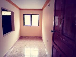 Un cuarto de baño con un inodoro y una ventana en Casa en venta en Caldas de 100mts