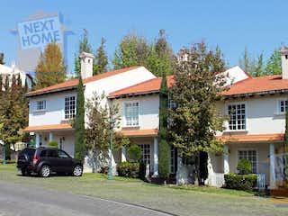 Una casa con un coche estacionado delante de ella en VENTA CASA en CONDOMINIO CUAJIMALPA