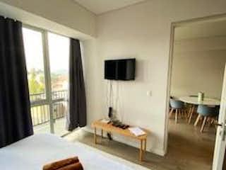 Un dormitorio con una cama y una mesa en él en Stampa,