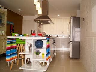 Cocina con nevera y horno de fogones en ZS-896 Apartamento en venta, Alhambra