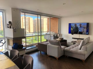 Una sala de estar llena de muebles y una televisión de pantalla plana en SAN RAFAEL