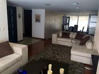 Una sala de estar llena de muebles y una televisión de pantalla plana en ZJG-24 Casa en venta Colina Campestre