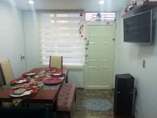 Una cocina con una mesa y una nevera en ZS-811 Casa en venta Castilla