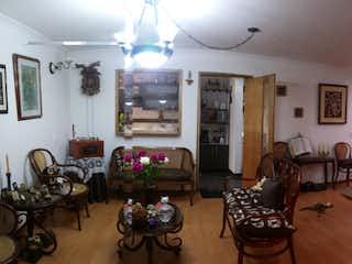 Una sala de estar llena de muebles y una mesa en ZPE-2 Vendo apartamento en Santa Barbara