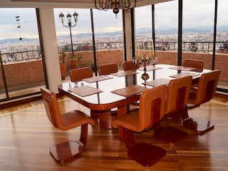 Una habitación llena de un montón de muebles de madera en ZAM-795 Apartamento en venta Bosque de pinos