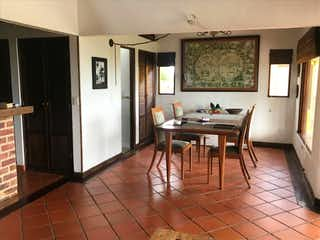 Una cocina con nevera y una mesa en ZJG-21 Casa en venta Zipaquira, Cundinamarca