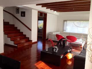 Una sala de estar llena de muebles y una chimenea en Conjunto Torre Ladera