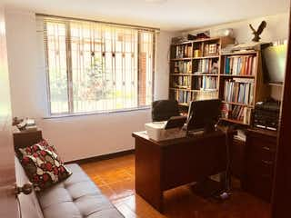 Una sala de estar llena de muebles y un estante de libros en ZS-760 Casa Cedritos