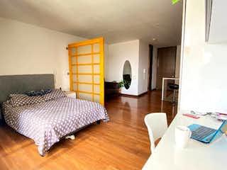 Un dormitorio con una cama y un escritorio en Apartamento en Venta - Parque Central Bavaria, Bogotá