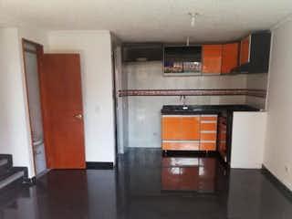 Una cocina con horno de microondas y armarios en VENTA CASA EN CONJUNTO RESIDENCIAL PUERTO MADERO