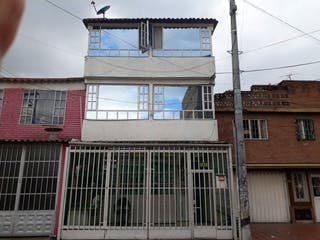Un edificio con un reloj en la parte superior en VENTA/PERMUTA CASA CARVAJAL KENNEDY 1° DE MAYO  RENTABLE