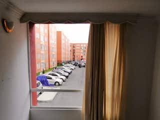 Un cuarto de baño con un inodoro y una ventana en VENTA APARTAMENTO EN SENDEROS DE SANTA ANA PORTAL AMÉRICAS