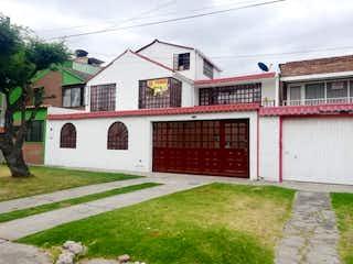 Una casa que tiene un gran ventanal en ella en Casa en venta en Lago Timiza de 4 alcoba