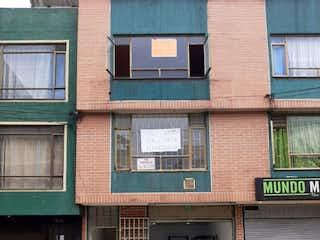 Un hombre de pie delante de un edificio en VENTA/PERMUTA CASA SUBA GAITANA RENTABLE SOBRE VIA COMERCIAL