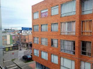 Un gran edificio de ladrillo con un montón de ventanas en VENTA/PERMUTA CASA SUBA TURINGIA