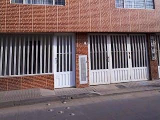 Un edificio de ladrillo con una ventana y una ventana en Venta Casa Rentable Bosa La Paz Cinco Apartamentos Independientes