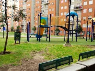 Un banco del parque sentado en medio de un parque en Apartamento en venta en Calandaima, 54m²