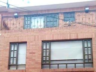 Un gran edificio de ladrillo con una gran ventana en Casa en venta en Bojacá, 104m²