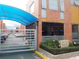 Un edificio azul con un gran paraguas azul en VENTA CASA PRADOS DE CASTILLA TINTAL