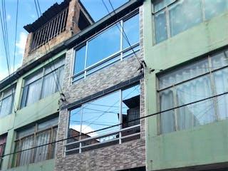 Un edificio muy alto con una ventana grande en Casa en venta en Chicalá de 4 hab.