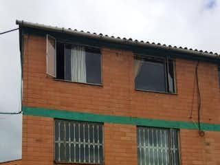 Un edificio de ladrillo con un edificio de ladrillo rojo en Casa en venta en Bosa de 57m²