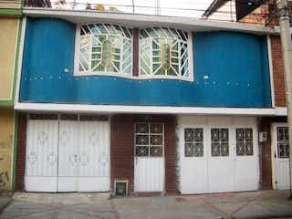 Un edificio azul y blanco con una ventana en Casa en venta en Carvajal de 8 hab. con Jardín...