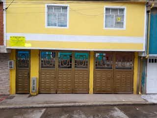 Un edificio con una señal amarilla en él en Casa en venta en La Estrella de 12 hab. con Balcón...