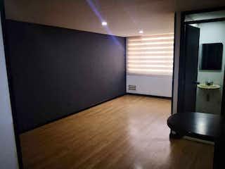 Una sala de estar con suelos de madera dura y una televisión de pantalla plana en Apto 72m2 + 8m Patio 2 Hab - Chapinero Calle 66