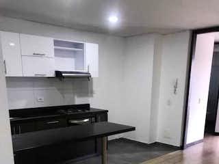 Una cocina en blanco y negro con suelo de madera en INVERSIONISTAS! APARTAESTUDIO MODERNO APTO 51M2  - CHAPINERO CALLE 66