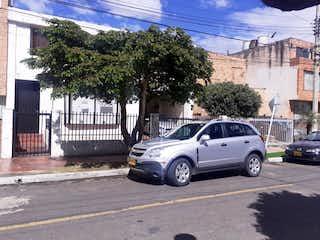 Un coche estacionado delante de un edificio en CASA RENTABLE 340M2 - CEDRO GOLF (Casa  2 aptos - Cedro Golf)