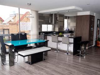 Una cocina con una mesa y una mesa en APARTAMENTO EXTERIOR DUPLEX MODERNO 169M2 BALCON GRANDE - CALLEJA ALTA