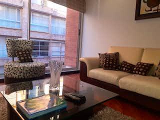 Una sala de estar llena de muebles y una ventana en APTO AMOBLADO 2 HAB CLUB HOUSE - CHICO III