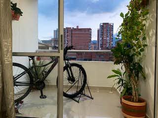 Una bicicleta está estacionada junto a un árbol en Se Vende Apartamento en Sabaneta, Antioquia