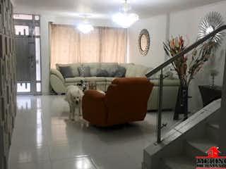 Una sala de estar llena de muebles y un reloj en Casa en venta en Santa Mónica, de 566mtrs2