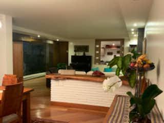 Una sala de estar con una planta en maceta en el suelo en BOGOTA VENDO APARTAMENTO CERROS DE LOS ALPES 325 MTS + TERRAZA