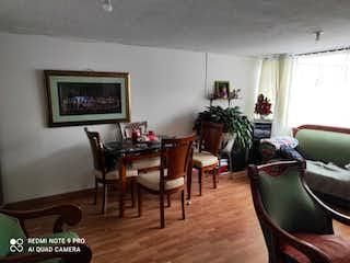 Una sala de estar llena de muebles y una televisión de pantalla plana en Apartamento En Venta En Bogota Las Nieves