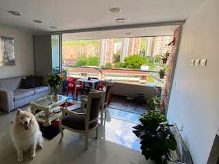 Una sala de estar llena de muebles y una gran ventana en Cumbres Condominio