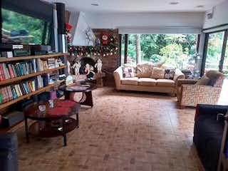 Una sala de estar llena de muebles y una televisión de pantalla plana en Casa en venta en Palmas de 380m²