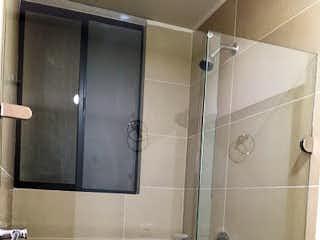 Un cuarto de baño con un inodoro de ducha y lavabo en Apartaestudio en Venta COLINA CAMPESTRE