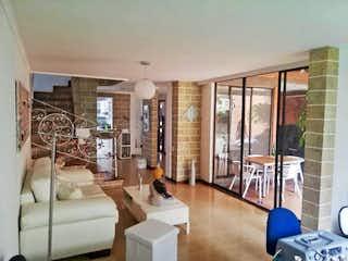 Una sala de estar llena de muebles y una gran ventana en Casa en venta en Loma de los Bernal, de 192mtrs2