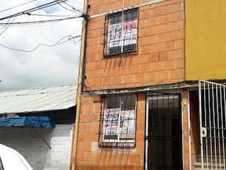 Un edificio de ladrillo con un edificio y una ventana en Casa en Venta CALASANZ