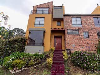 Un gran edificio de ladrillo con un reloj en él en Casa En Venta En Bogota Colina Norte
