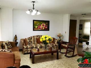 Una sala de estar llena de muebles y una mesa en ALMENDRAL