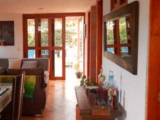 Una sala de estar llena de muebles y una ventana en Casa en Unidad Campestre en La Ceja
