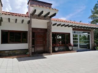 Un gran edificio con un montón de ventanas en Finca en Llanogrande