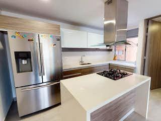 Una cocina con nevera y fregadero en Apartamento en Loma de las Brujas