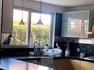 Una cocina con un gran ventanal en ella en Fiore