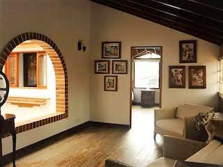 Una sala de estar llena de muebles y una ventana en Casa en venta Unidad abierta en Rionegro