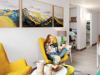 Un hombre sentado en un sofá en una sala de estar en Caney Reservado